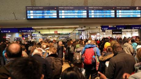 Gebraucht werden: deutlich mehr Züge und Personal, mehr Gleise, leistungsfähigere Bahnhöfe, viel enger getaktete Fahrpläne, kürzere Fahrzeiten, mehr Komfort.