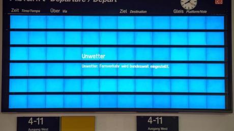 «Unwetter: Fernverkehr bundesweit eingestellt» steht auf der Anzeigentafel am Bahnhof Göttingen.