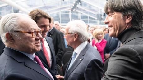 Joachim Löw gratuliert Hubert Burda.