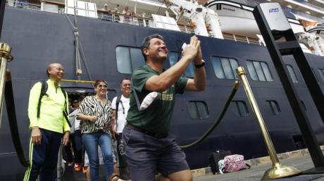 Nachdem sie das Kreuzfahrtschiff «Westerdam» im Hafen von Sihanoukville verlassen, zeigen sich einige Passagiere sichtbar erleichtert.