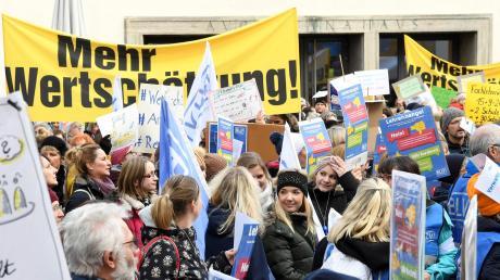 """""""Mehr Wertschätzung"""" forderten die Lehrer in Augsburg auf großen Bannern."""