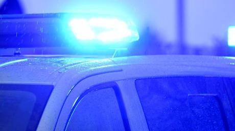 Von einer Baustelle im Birkenweg in Fischach hat ein 74-Jähriger am Freitagabend mehrere Holzbohlen gestohlen.