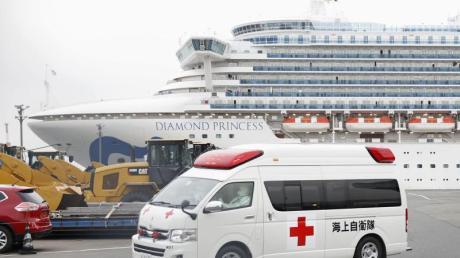 Ein Krankenwagen verlässt den Daikoku-Pier im Hafen von Yokohama.
