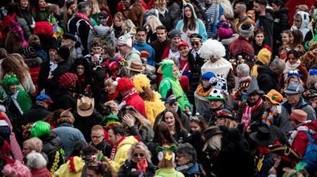 Die Narren stürzen sich in den Straßenkarneval in Düsseldorf.
