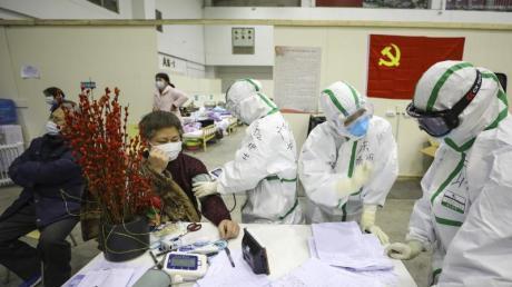 Medizinisches Personal betreut Patienten mit Symptomen des Coronavirus in einem provisorischen Krankenhaus in Wuhan.