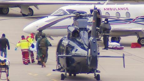 Das mutmaßliche Clan-Mitglied wird am Flughafen Hannover von einem Hubschrauber der Bundespolizei in ein Privatflugzeug getragen.