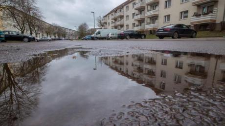 Bei einem Polizeieinsatz in Boizenburg an der Elbe ist ein Polizist angeschossen worden. Der Schützee steht im Verdacht, vorher einen Nachbarn getötet zu haben.