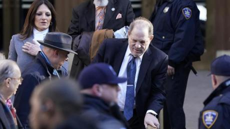 Harvey Weinstein (r), Filmproduzent aus denUSA, verlässt das Gericht in Begleitung seiner Anwältin Donna Rotunno (l).