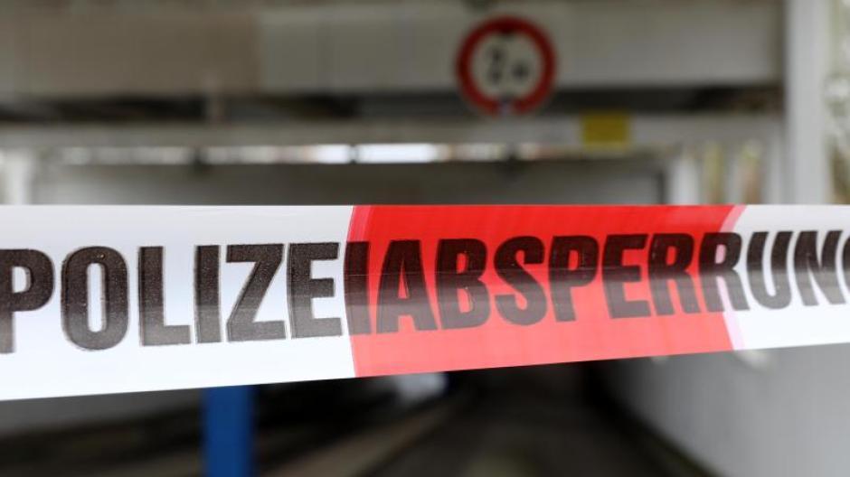 Eine 38 Jahre alte Frau hat in Manching mutmaßlich ihre Kinder getötet und sich dann in einem Treppenhaus in die Tiefe gestürzt.
