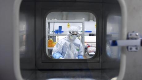 Ein Mitarbeiter des Coronavirus-Nachweislabors «Huoyan».