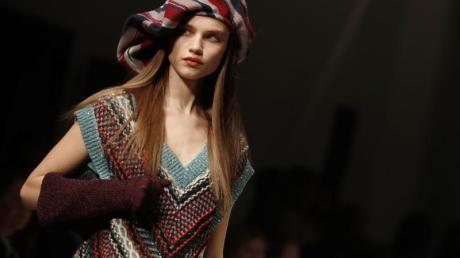 Ein Model präsentiert eine Kreation der Herbst/Winter Damenkollektion 2020/21 des italienischen Modeunternehmens Missoni.