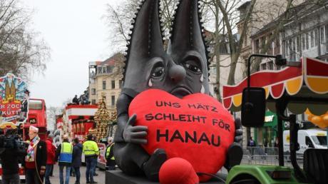 Trauer im Karneval: Motivwagen zum Anschlag von Hanau vor dem Rosenmontagszug in Köln.