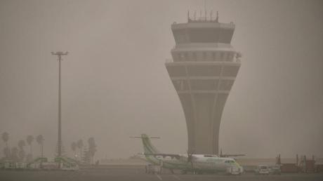 Der Flughafen Santa Cruz de Tenerife. Der Sandstorm bringt den Flugverkehr auf den kanarischen Inseln weiterhin durcheinander.