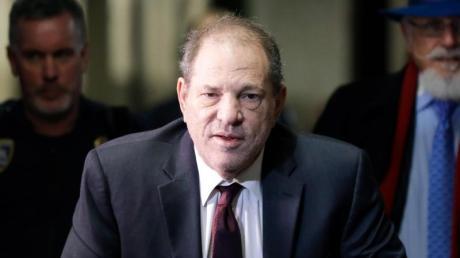 Harvey Weinstein ist wegen Vergewaltigung schuldig gesprochen worden.