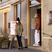 """Die Kleinstadt Casalpusterlengo in der Lombardei. Auf einem Plakat vor einer Bäckerei steht auf Italienisch: """"Achtung, nur vier Personen gleichzeitig in den Laden."""" Die Lombardei ist die am stärksten vom Coronavirus betroffene Region in Italien."""