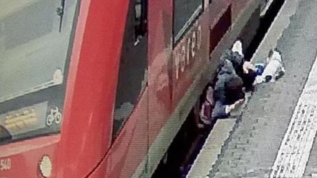 Zwischen Bahnsteigkante und Regionalbahn: Der Mann überstand den Zwischenfall im Bonner Hauptbahnhof mit leichten Verletzungen.