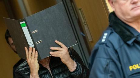 Ein wegen Missbrauchs von Kindern angeklagter Logopäde trifft zum Prozessbeginn im Sitzungssaal im Würzburger Landgericht ein.