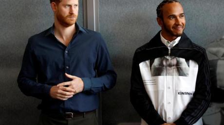 Prinz Harry (l) und Lewis Hamilton bei der Eröffnung des Automobilsport-Museums «The Silverstone Experience».