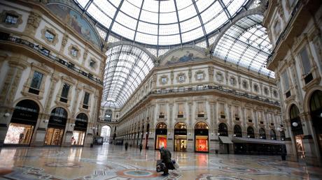Ein Obdachloser in der verlassenen Galleria Vittorio Emanuele II in Mailand. Die Regierung hat die Sperrungen auf das ganze Land ausgeweitet.
