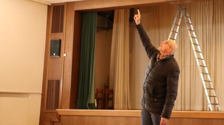 Im Papst-Johannes-Haus in Mering stecke hinter Wänden und Decken leicht brennbares Material, erklärt Pfarrer Thomas Schwartz frustriert.