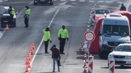 Tschechische Polizisten bei der Einreisekontrolle:Das Land schließt seine Grenzen weitgehend für Ausländer aus mehreren europäischen Ländern.