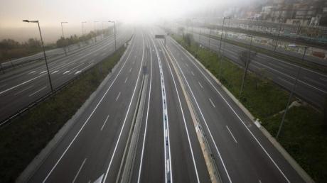 Leere Autobahn in Richtung Barcelona: Spanien hat eine zweiwöchige Ausgangssperre ausgerufen.