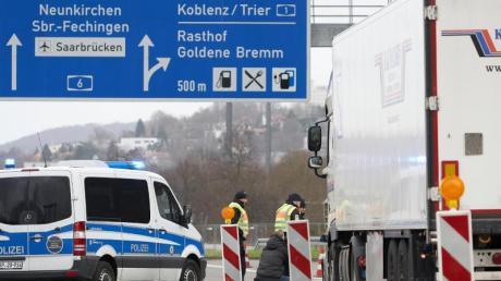 Polizeibeamte kontrollieren in Saarbrücken stichprobenartig den aus Frankreich einfahrenden Grenzverkehr.