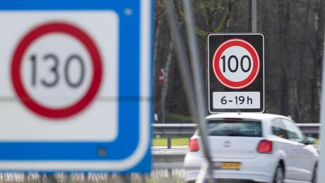 Bisher durfte man auf niederländischen Autobahnen 130 fahren. Jetzt müssen Einheimische und Touristen auf die Bremse treten.