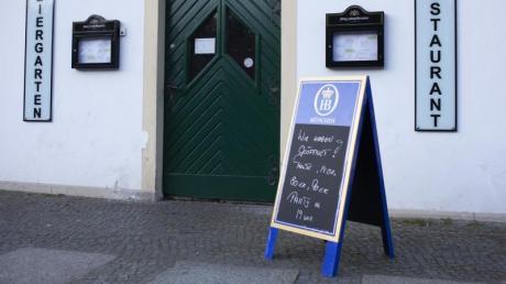 Eine Tafel vom Vorabend kündigt vor einem Restaurant noch eine Party an. In Berlin ist seit Samstag jedoch das Hauptstadt-Nachtlebens für die nächsten fünf Wochen weitgehend beendet.