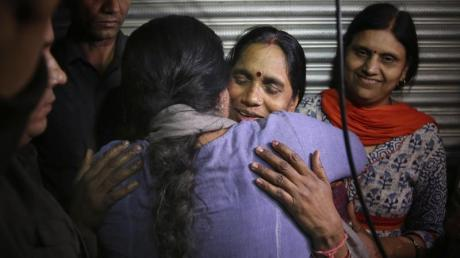 Asha Devi, die Mutter des Opfers, wird umarmt, nachdem die Vergewaltiger ihrer Tochter hingerichtet worden sind.