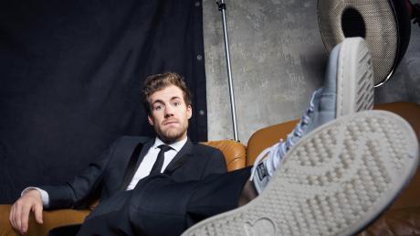 """Luke Mockridge ist mit """"Luke, allein zuhaus"""" von Montag bis Freitag live bei Sat.1 zu sehen. Wir stellen Ihnen den Entertainer im Porträt näher vor."""