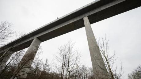 Die Teißtal-Brücke mit der ICE-Strecke überspannt das Tal. Unweit der Brücke wurden auf einer Länge von 80 Metern Schienenschrauben entfernt.