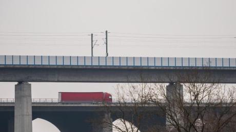 Die Teißtal-Brücke mit der ICE-Strecke (vorne) zwischenFrankfurt und Köln.