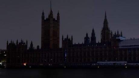 Rund um den Globus gehen während der Earth Hour für eine Stunde alle Lichter aus, wie hier im Londoner Palace of Westminster während der Earth Hour 2019.