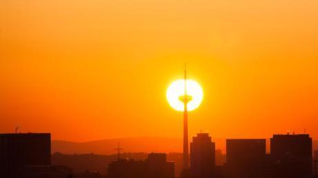 Die Sonne geht hinter dem Fernsehturm in Frankfurt auf. Hoch «Jürgen» bringt aktuell viel Sonne und kalte Luft nach Deutschland.