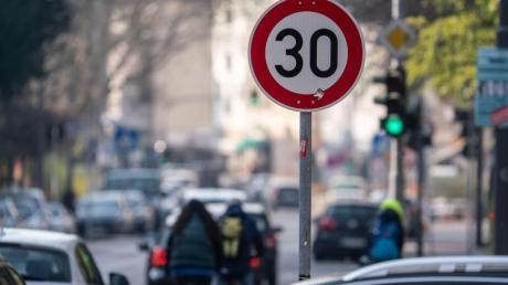 Schon bei geringeren Geschwindigkeitsüberschreitungen als bisher kann es einen Monat Fahrverbot geben.