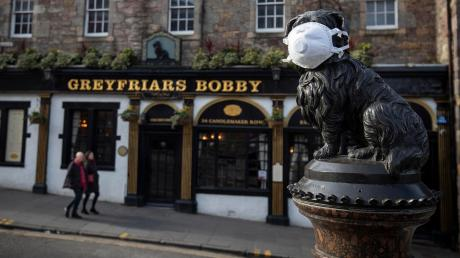 Die Welt ist eine andere: Die Statue von Greyfriars Bobby im schottischen Edinburgh trägt eine Atemschutzmaske.