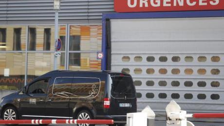 Ein Leichenwagen vor dem Notdienst eines Krankenhauses in Straßburg.
