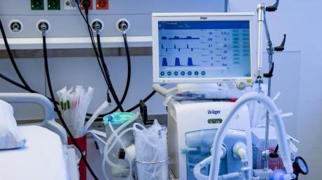 Beatmungsgerät in einem Behandlungszimmer des UKE in Hamburg.