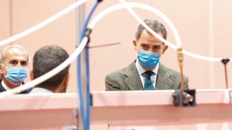 König Felipe VI. besucht das provisorische Krankenhaus in Madrid.