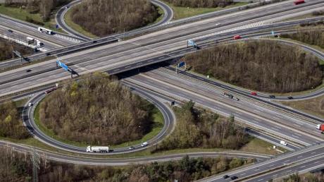 Ein Verkehrsknotenpunkt bei Frankfurt am Main. Hier kreuzen sich die Autobahnen 661 und A3.