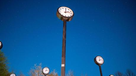 Die Sommerzeit kann beginnen:Die Uhren werden in der Nacht zu Sonntag um eine Stunde vorgstellt.