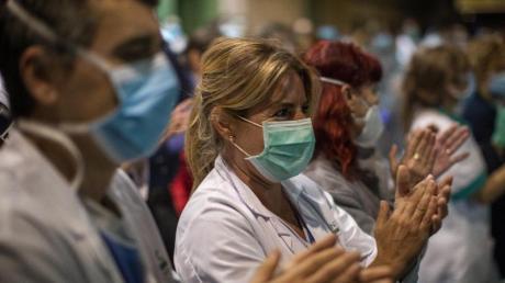 Das Gesundheitspersonal einer Klinik in Barcelona freut sich über die Unterstützung der Bürger.
