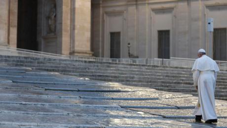 """Papst Franziskus auf dem verlassenen Petersplatz in Rom. Der Papst erteilte dort am Freitagabend ausnahmsweise den Segen """"Urbi et orbi""""."""