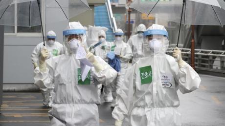 Mediziner kommen zu ihrer Schicht im Dongsan-Krankenhaus.