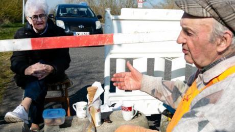 Karsten Tüchsen Hansen (r) und die Dänin Inga Rasmussen treffen sich am deutsch-dänischen Grenzübergang.