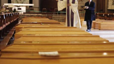 Ein Priester segnet Särge in Seriate, einer Gemeinde in der italienischen Provinz Bergamo.