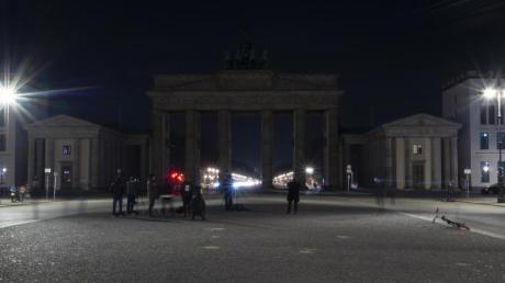 """Das Brandenburger Tor ist während der """"Earth Hour"""" im Dunkeln."""