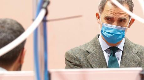 König Felipe besucht ein provisorisches Krankenhaus auf dem Messegelände von Madrid.