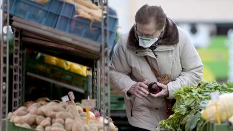 Diese Frau in Wien trägt freiwillig eine Schutzmaske. In Supermärkten wird es von Mittwoch an verpflichtend sein.
